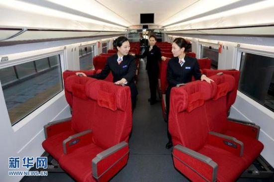 11月26日,沈阳铁路局的高铁乘务员在整理哈大高铁列车的商务座椅。