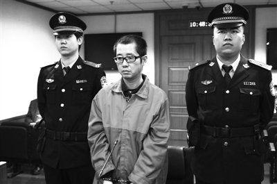 """被告人站在法庭上。昨日,高某因持刀入室扎死""""前女友"""",涉嫌故意杀人罪受审。通讯员 李佳 摄"""