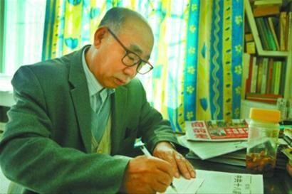张运平还是站前区科普讲师团副团长,连日来,他根据十八大报告精神,正在编写辅导教材。