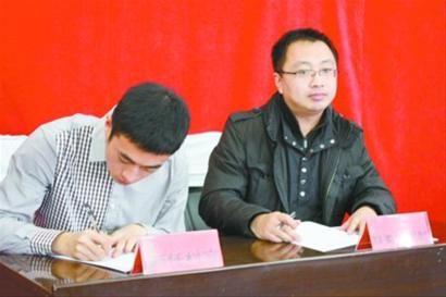 县(区)委组织部与大学生村官签约。