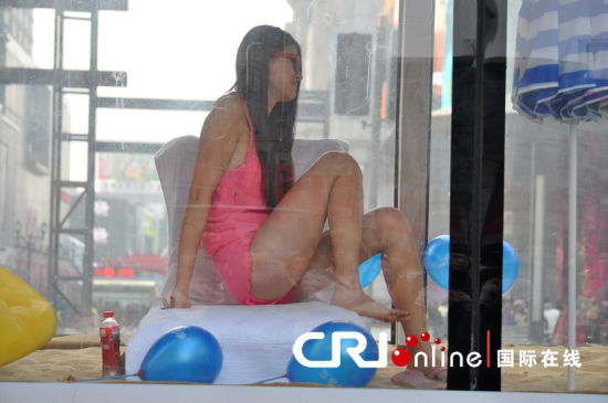 大巴车内女模特秀出美腿夺人眼球。 来源:CFP 摄影:小沈阳