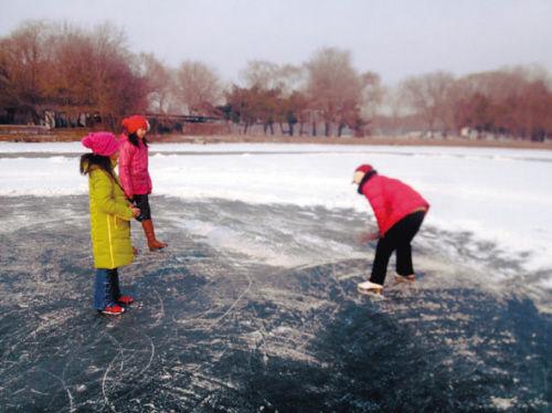 这种边滑冰边扫雪的运动有点危险