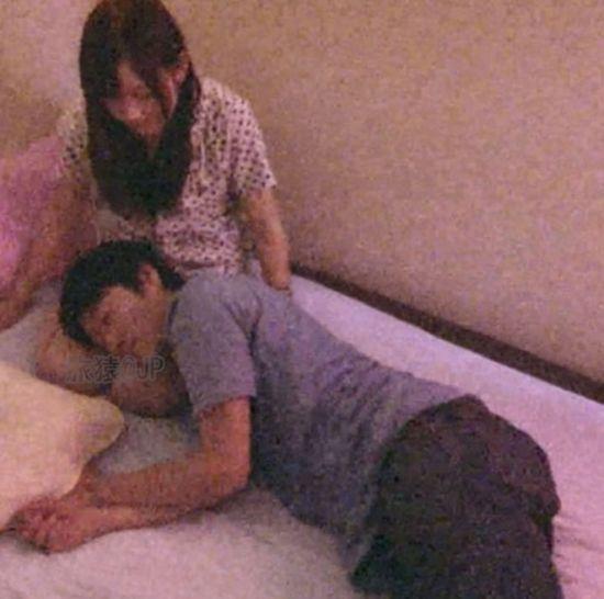 顾客枕女仆膝盖式 1000円/3分钟。