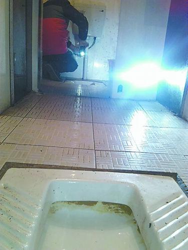 女厕内的摄像头正对着便池。