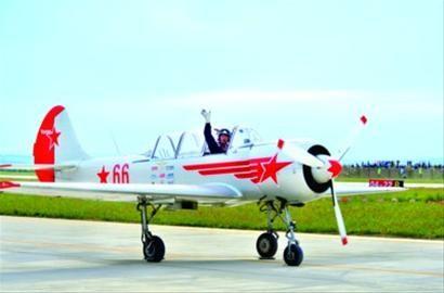 """在""""2012沈阳法库AOPA国际飞行大会""""上,蜚声国际的英国""""雅皮士""""特技飞行表演队队长驾机归来。"""