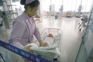 ▲弃婴在重症监护室内接受进一步的观察 ■本报记者 张诗尧 摄