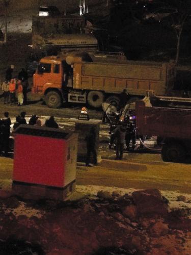 附近群众和消防队员在事故现场合力救援。图片由消防部门提供