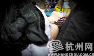 到医院后,老公一直手扶着刺进老婆胸部的剪刀。记者朱丹阳摄