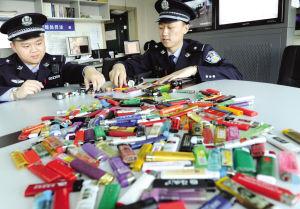 警官展示查获的大量打火机等违禁品