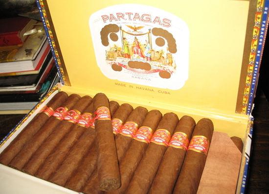 真正懂得享受雪茄的人中流传的是另一个段子:好的古巴雪茄都是在处女的大腿上卷出来的。雪茄的制作是极为细致的手工活,少女们以腿为桌谋生,却成为抽雪茄时最美妙的幻想。在古巴,60%70%的男性都抽雪茄,这是普通民众日常生活中不可或缺的一部分。这些中国人眼里的奢侈品,不过是另一个社会主义国家的重要创汇产品罢了。 [上一页] [1] [2] [3] [4] [5] [6] [7] [8] [9]