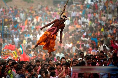 印度教节日疯狂穿刺挖尸体