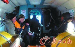 安德烈·库洛琴科(左)和维克多·科马洛夫(右)获救后,在直升机中休整。