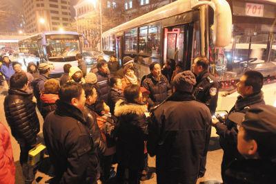 巡警在现场了解情况,乘客对此行为表示愤慨。