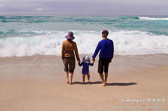一家三口漫步沙滩,其乐融融