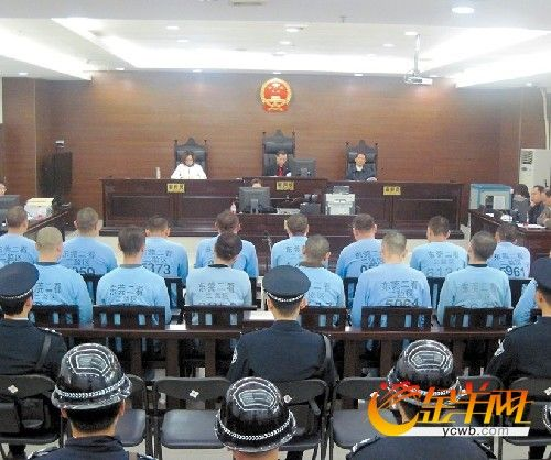 东莞16名涉嫌殴打深圳民警的保安受审