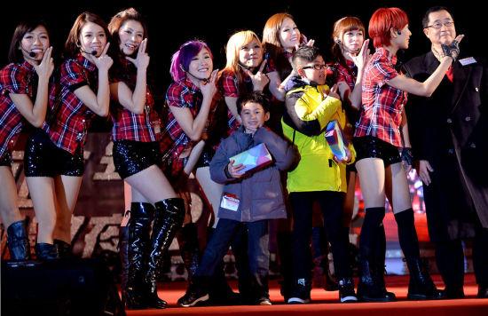 2012年12月31日晚,演员和市民在香港中环海滨长廊观景台同台表演。2012年12月31日晚,香港举行多种形式的迎新年倒计时活动,喜迎2013年的到来。新华社记者陈晓伟摄
