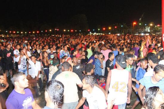 12月31日,在斐济首都苏瓦,人们聚集在一起等待新年的到来。当日是2012年的最后一天,世界各地举行庆祝活动迎新年。新华社发(迈克 摄)