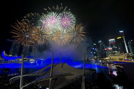 2013年1月1日,璀璨夺目的烟火燃放在新加坡滨海湾上空。当日,新加坡滨海湾在雨中燃放烟火迎接2013新年的到来。新华社发(邓智炜 摄)