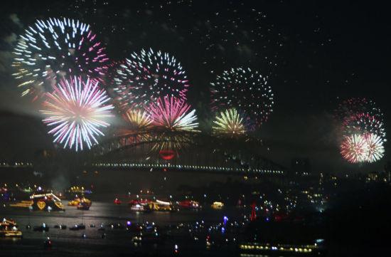 2013年1月1日,迎新年的礼花在澳大利亚悉尼市海港大桥上空绽放。当日,澳大利亚悉尼市举行迎新年烟火晚会,喜迎2013年的到来。新华社记者金林鹏摄
