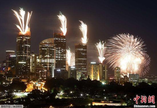 当地时间2012年12月31日晚,澳大利亚悉尼在2013年即将到来之际燃放烟花。