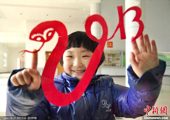 12月30日,浙江宁波北仑小港街道高河塘社区以传统剪纸方式迎接2013年的到来。图片来源:CFP视觉中国