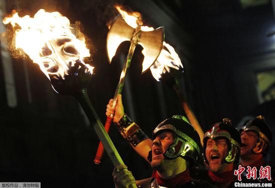 """当地时间12月30日,英国爱丁堡提前举行迎接新年的""""火炬游行""""庆祝活动,随后还进行了盛大的烟花展示。"""