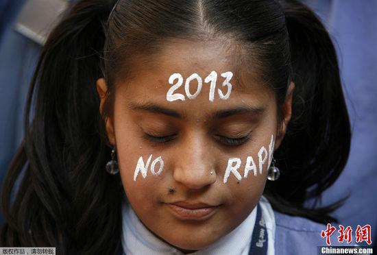 当地时间12月31日,在印度新德里女学生悼念遭轮奸去世的23岁女大学生。冀望在新的一年里此类事件不再发生。
