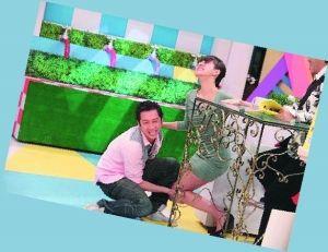 """小S在节目中向陈汉典下跪也惹来不少议论,而她的新年愿望也是继续对陈汉典施""""咒""""功。"""