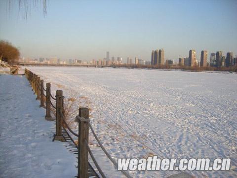 2日,浑河河面上积了一层雪。(摄影 李湘环)