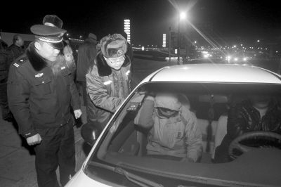 执法人员现场对非法揽客者进行调查。