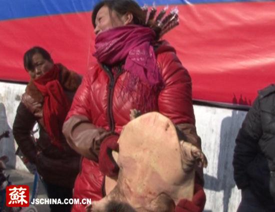 妇女捞到这么大个头的野生甲鱼,走向市场一脸高兴。