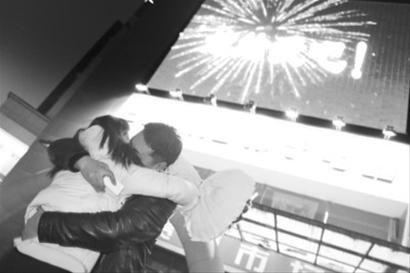 大屏幕前求婚成功后王晓森与回晓宇紧紧拥抱在一起。
