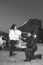 王晓森众人面前跪地向女友求婚。