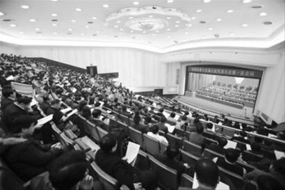 沈阳市第十五届人民代表大会第一次会议昨日开幕。 本报首席记者 刘配成 摄