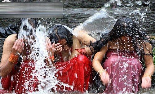 女子洗澡为夫祈祷(点击更多高清美图)