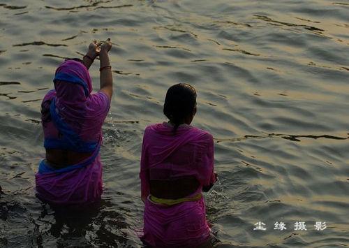 当街洗澡的印度女人(点击更多高清美图)