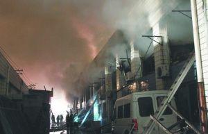 1月6日,消防官兵在火灾现场救援