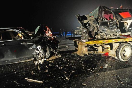 2辆轿车相撞,两辆受损车辆已经全部变形