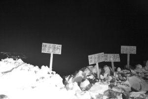 昨夜9时40分许,卧龙湖个别路口已被雪堆封闭,插上了禁止通行的标识 ■本报记者 张贺然 摄