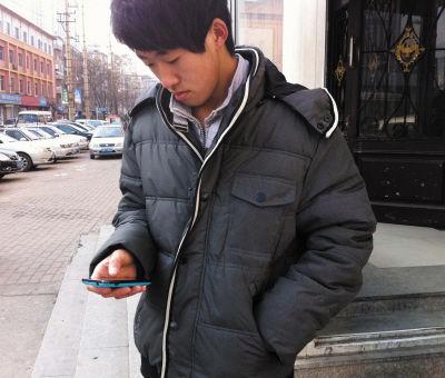图为小黄和他失而复得的手机。