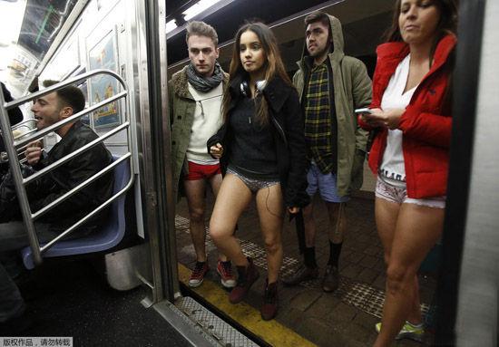 不穿裤子搭地铁日