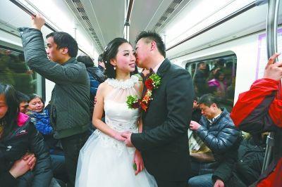 新郎夏敬伟和新娘谢蝶在地铁上款款情深。