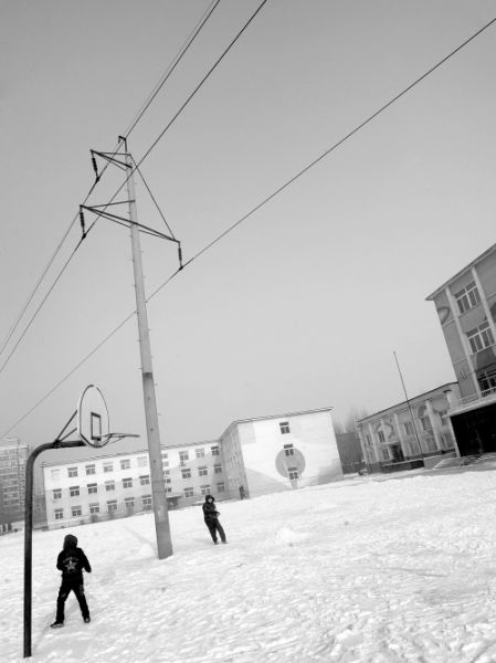 三台子第四小学校园里的高压电线杆