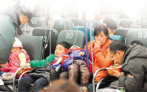 """""""最近10天,呼吸科爆满,病人增加了五成多。""""""""我们呼吸科病人得肺炎的多。""""""""患者确实多了,一周前开始多,这两天激增……""""1月7日以来,沈城飞尘""""雾""""扰,沈城各大医院呼吸科一床难求。   昨日,来自解放军463医院、沈阳军区总医院、解放军202医院、医大盛京医院、沈阳医学院奉天医院等沈城多家医院的统计,众多好发病种中,排名第一的是肺炎,之后是上呼吸道感染、哮喘、老慢气、细支气管炎。对此,专家建议,做好防护的同时,适当补充维生素,多吃橙子、白梨、木耳炒白菜、银耳汤,大有益处。   一老一小咳得凶   都是雾天惹的祸   病例   丹丹今年4岁,2岁半的时候曾经得过哮喘,治疗后一直没再犯过。14日,丹丹早起下楼等幼儿园接送车。平时,她不爱戴口罩,那天虽说雾大,可她还是坚持不戴。接送车就等在小区门口,从家到门口路不远,丹丹妈也没觉得会出问题。可是,孩子晚上回来就开始咳嗽,等到半夜睡觉时,已经咳得上气不接下气,脸憋得发紫。见状,丹丹妈赶紧将孩子送到了盛京医院。   无独有偶,家住大东区的孙先生这两天哮喘病也发作了,现正在解放军463医院住院。发病那天,他刚好咽炎犯了,正在吃药治疗。因为要赶年终总结,孙先生顾不得那么多,仍旧早起晚归忙活。可是,昨日一早,孙先生下楼暖车的工夫,就觉得嗓子一阵痒,然后就开始剧烈咳嗽,眼泪咳得哗哗直流。最可怕的是,他感觉气不够用。没多想,他一脚油门开到了解放军463医院,结果直接住院雾化吸氧……   呼吸科一床难求   老年人接踵入院   见闻   """"病人比前几天多出至少五成""""""""我们的病人激增,得肺炎的多""""……昨日,沈阳晚报记者连线沈城多家医院呼吸科,得到的都是上面的回答。   以解放军463医院呼吸科为例,主任庞剑说,近10天来,医院门诊患者络绎不绝。最开始几天是上呼吸道感染和肺炎的患者多,但这两天,哮喘病人和老慢气病人开始增多,以老人、孩子为主。这一说法从沈阳市儿童医院呼吸科得到了证实。徐祗强主任介绍,最近一周,他们医院呼吸科专家门诊日接诊量300多,比平时增长了一倍,多集中在1到2岁的幼儿,主要症状表现为发烧、咳嗽。   昨日,沈阳晚报记者在沈阳军区总医院呼吸科看到,原本容纳两张病床的病房已改成了3人间,病房挤得满满的。走廊里、护士站前,不时有患者来询问:""""啥时候有病床?""""   在奉天医院,呼吸科夏书月主任说,雾霾天气不会引发流感,但客观上却增强了病情。最近几日,他们发热门诊每天接诊100多人,并且,这个人数还在上涨。病房里,老年病人脚跟脚往里挤,尤其原来患有糖尿病、心脑血管病等基础疾病的老年人,这个时候更容易并发呼吸系统疾病。   肺炎人数居第一   老慢气哮喘列二三   排名   """"这个季节是呼吸道疾病高发季节,像肺炎、气管炎、老慢气都是常见病。""""463医院庞剑主任说,在他们医院,肺炎患者最多,其次是老慢气,哮喘排第三。综合几家大医院的统计,肺炎都排名第一。   分析原因,市儿童医院呼吸科主任徐祗强说,6岁以下的儿童,呼吸系统还未完善,管腔比较狭窄,血管丰富,一旦暴露在雾霾等恶劣天气中,吸入粉尘颗粒后会诱发水肿,发生感染,进而导致分泌物增多,引发咳嗽、痰多等肺炎症状。奉天医院呼吸科主任夏书月说,与儿童发病不同,老年人发病多有基础疾病,或者原来就有老慢气、慢阻肺,一遇冷空气就犯病,甚至诱发哮喘。   户外活动不可取   中午时分再开窗   防护   为给市民讲解雾霾天气如何防护,解放军463医院呼吸科主任庞剑昨日下到帮扶社区开讲。   首先要避免长跑、踢球等剧烈运动。人体肺活量增加,会导致吸入体内更多污染物,因此,雾霾天气不适宜户外运动。其次,出门要戴口罩,最好选择棉质口罩,像年轻人喜欢的个性口罩没有作用。另外,雾霾天气开窗讲究时间点,最好避开早晚空气污染重的时段,10时以后至15时之前可以,但每次通风时间不宜过长。像老人、孩子、孕妇、心脏病人、有呼吸系统疾病这类敏感人群,雾霾天里最好减少外出活动。最后一点,远离马路,尤其上下班高峰,切记不宜晨练。   沈阳晚报记者 刘钊 李靖 摄影记者 王勇 实习生 崔超群"""
