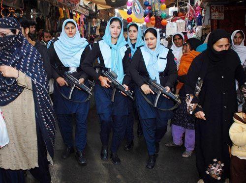 巴基斯坦漂亮女特警手持MP5上街巡逻