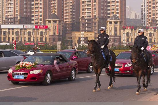 """中国大连""""华夏女骑警"""""""