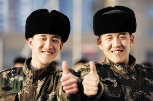 弟弟周文宇(左)和哥哥周志明分别12年后相遇