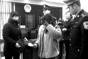 被告女孩在少年法庭上接受审判■记者 张诗尧 摄