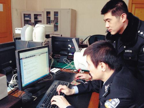 """民警正在向网友传授""""反扒秘籍"""""""