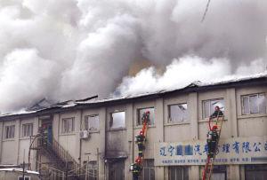 消防人员奋不顾身地冲进浓烟滚滚的火场